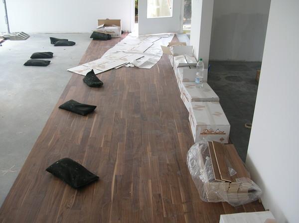 und der nussbaum parkett ist auch unterwegs. Black Bedroom Furniture Sets. Home Design Ideas